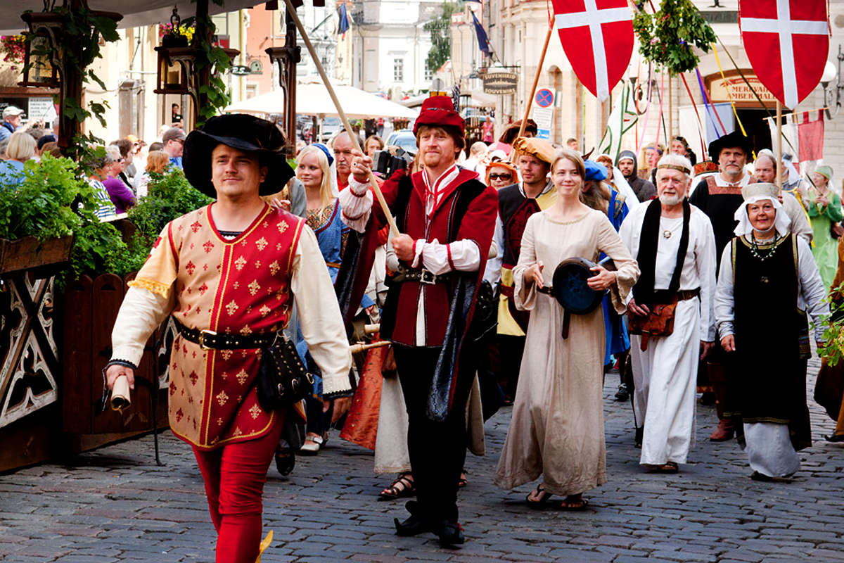 At the beginning of July, Old Town is given a medieval makeover for this festival, which aims to recreate the magical atmosphere of the Hanseatic era. A large, medieval market with merchants and handicrafts is set up on Town Hall Square, where musicians and dancers from near and far take the stage. A medieval procession opens the event, followed by various workshops, excursions and theatre performances.