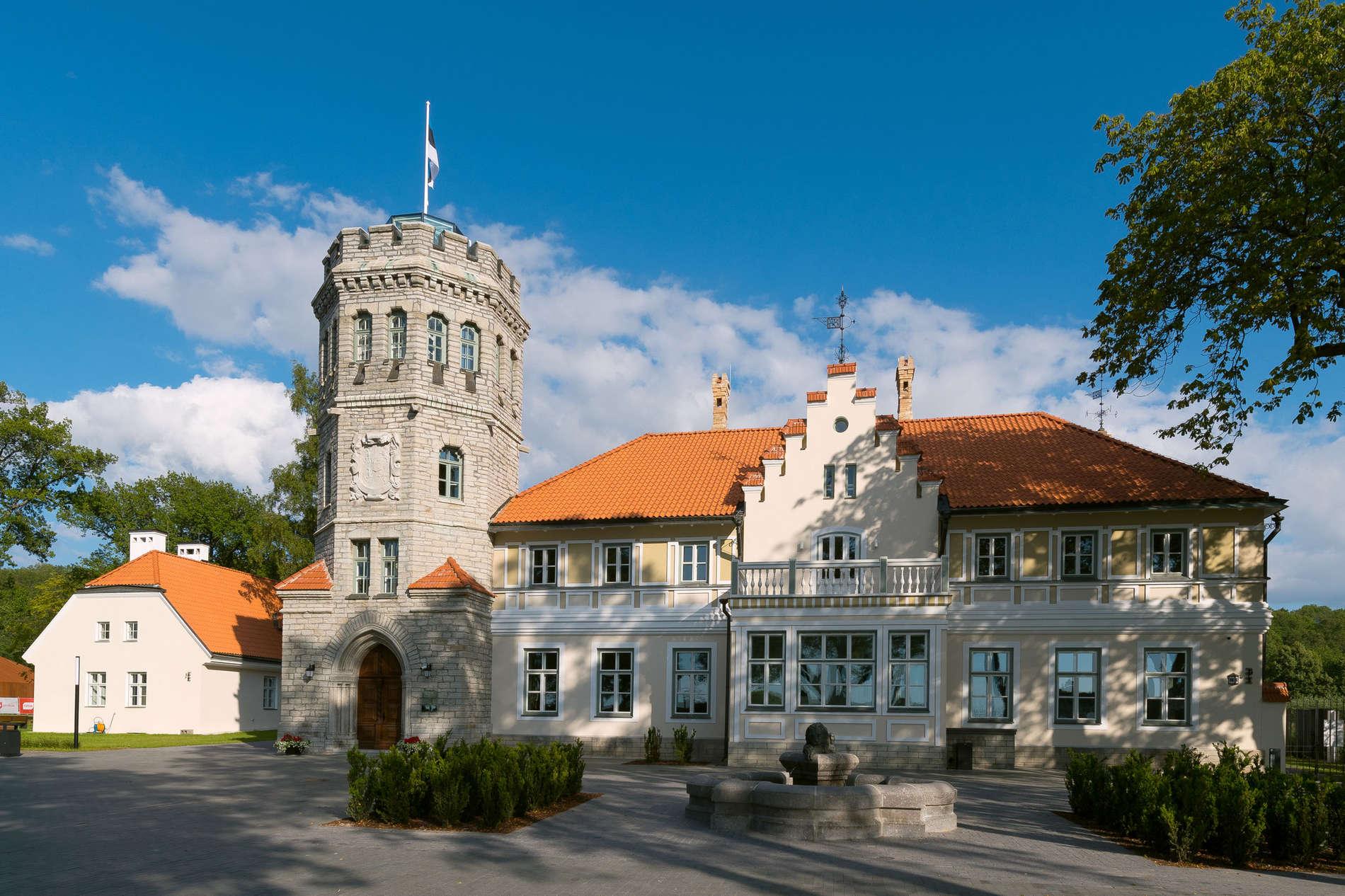 Вид снаружи на здание и главный вход в Замок Маарьямяэ - Эстонский исторический музей в летнее время, Пирита, Таллинн, Эстония