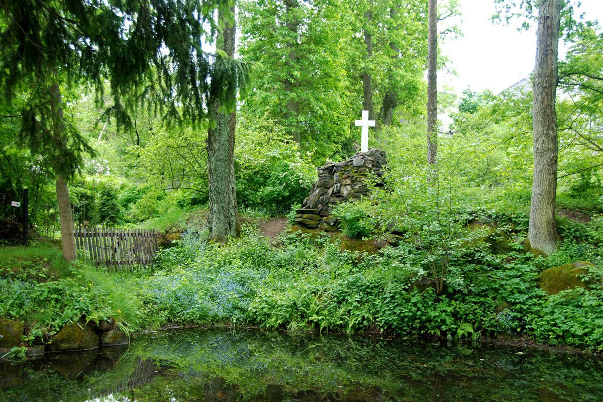 tiik ja valge ristiga kiviküngas kevadel Glehni rahulas Tallinnas Nõmmel