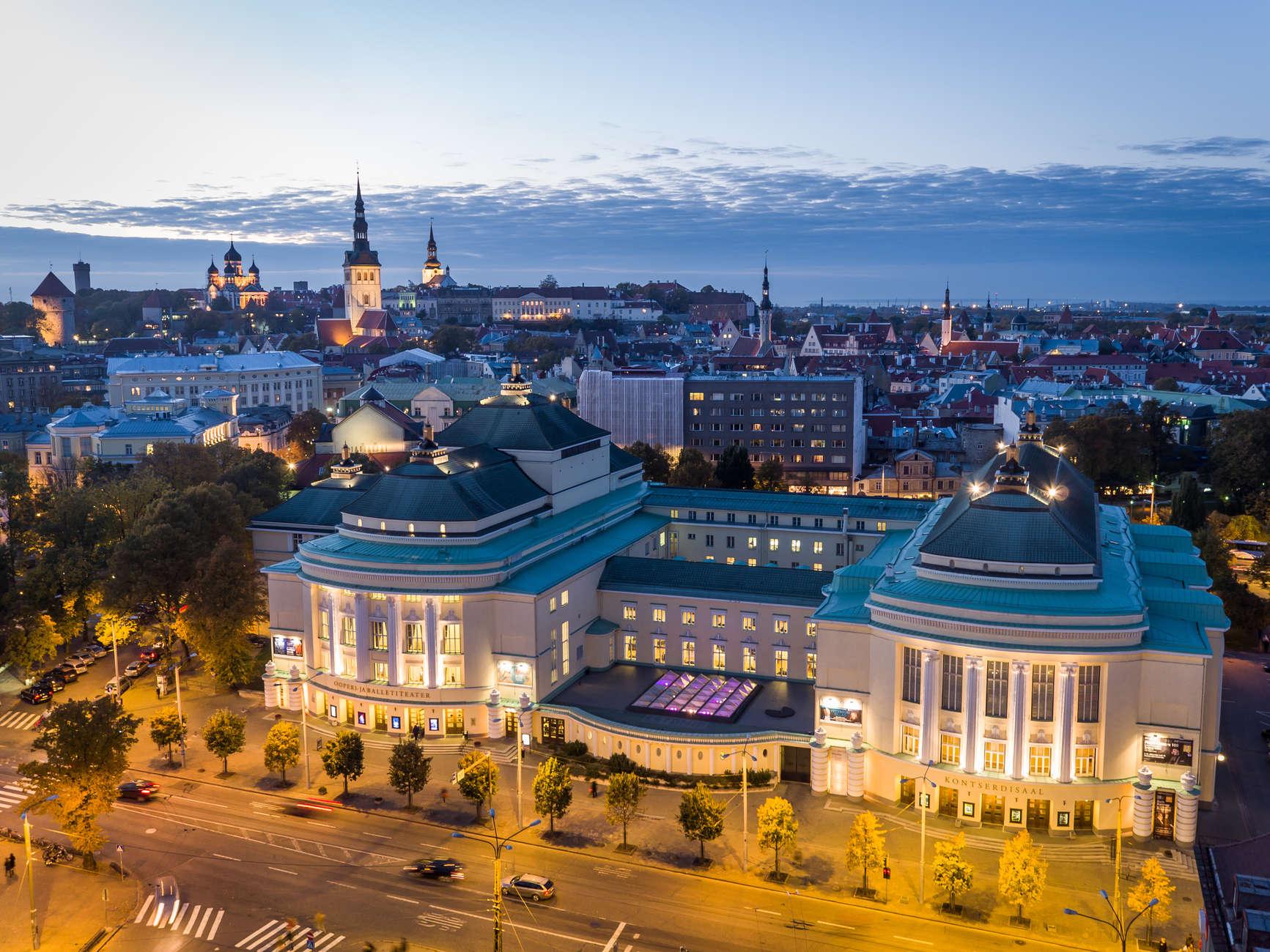suveõhtune õhuvaade Rahvusooper Estoniale Tallinnas, taustal vanalinn