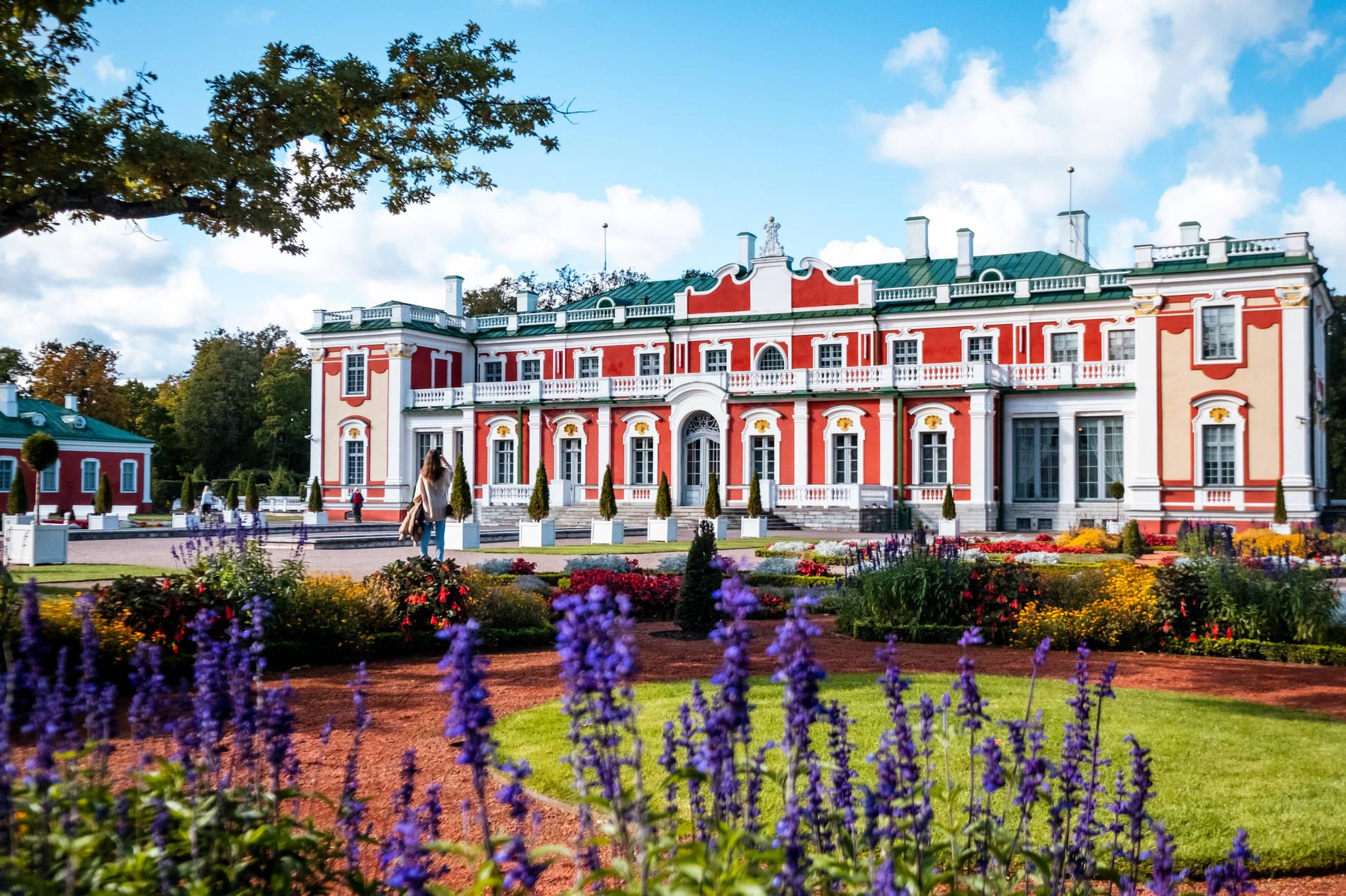 Вид снаружи на Кадриоргский дворец, Таллинн, Эстония