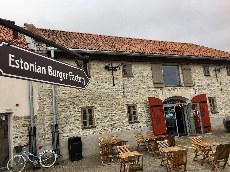 Vaade Estonian Burger Factory restorani terrassile, mis asub Tallinna kesklinnas, Eestis.
