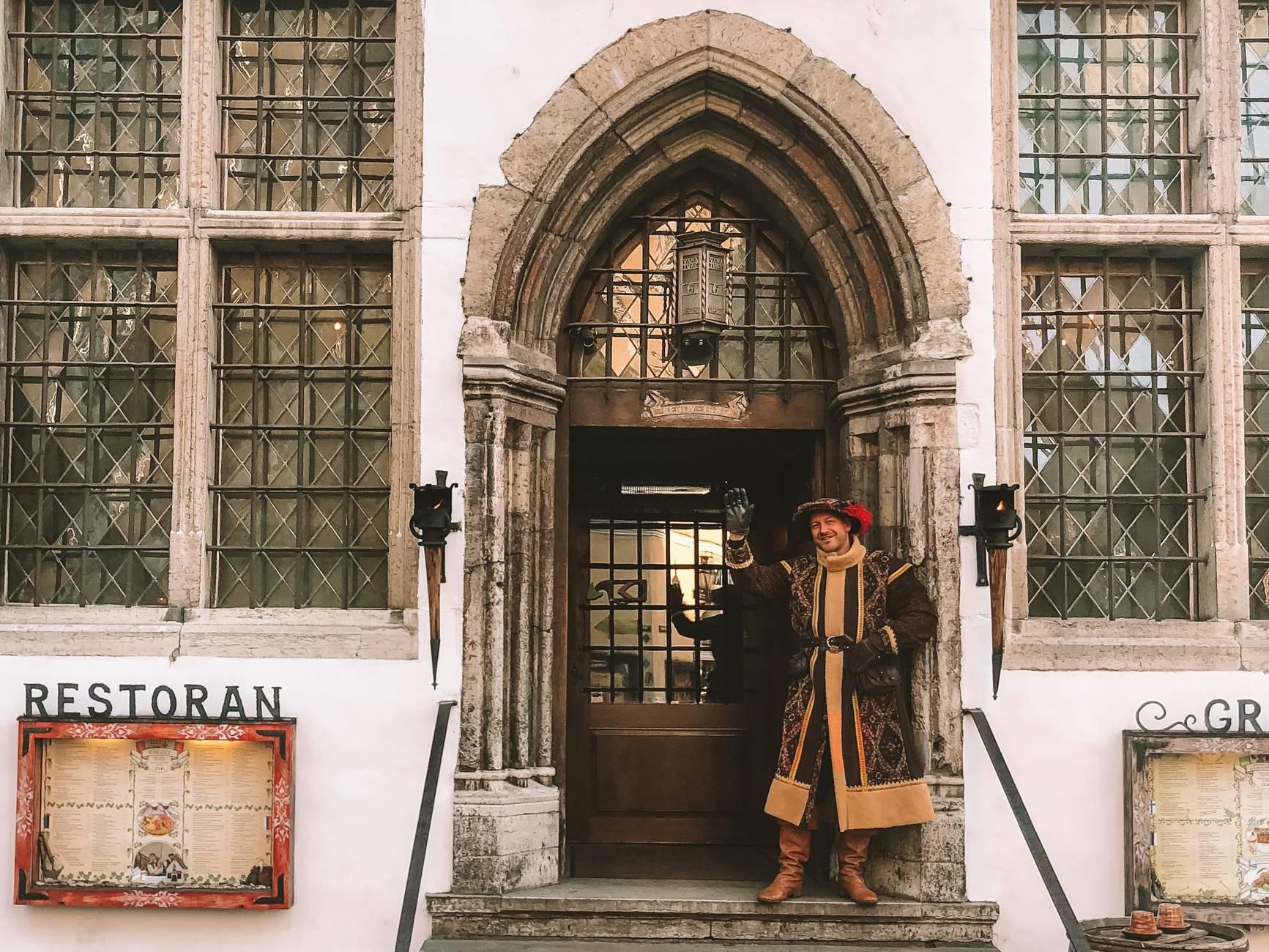 Keskiaikainen ravintola Peppersackin ovi Tallinnassa