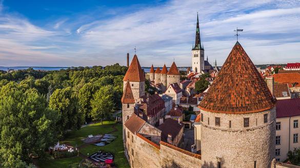 Аэрофото с видом на башни и городскую стену Старого города, Старый город, Таллинн, Эстония