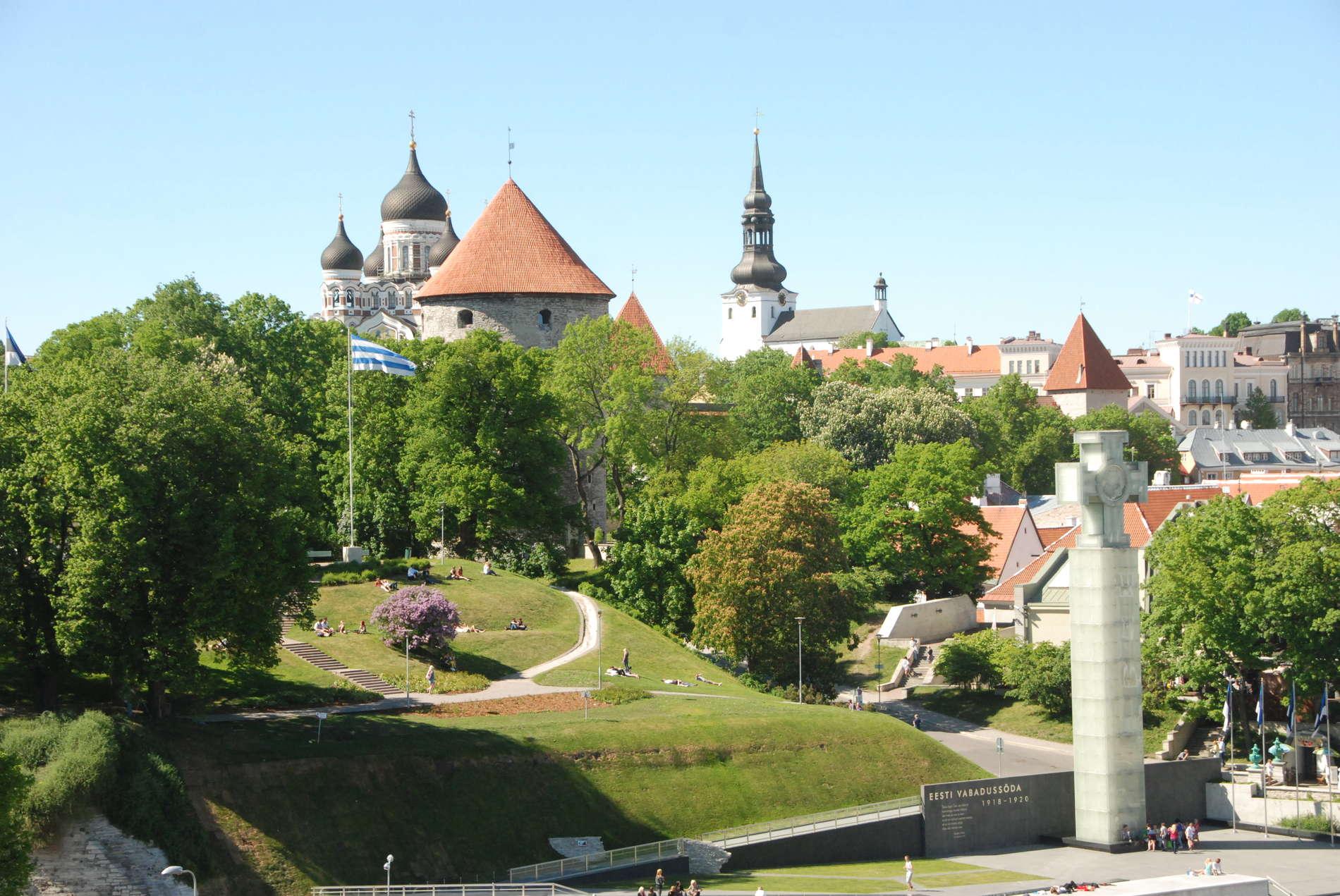 kirgas kevadine õhuvaade Harjumäele Tallinnas Vabaduse väljaku kõrval, taustal vanalinna tornid