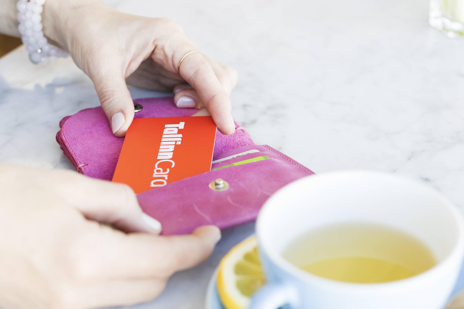 Naine hoidmas Tallinn Card linnakaarti Tallinnas, Eestis.