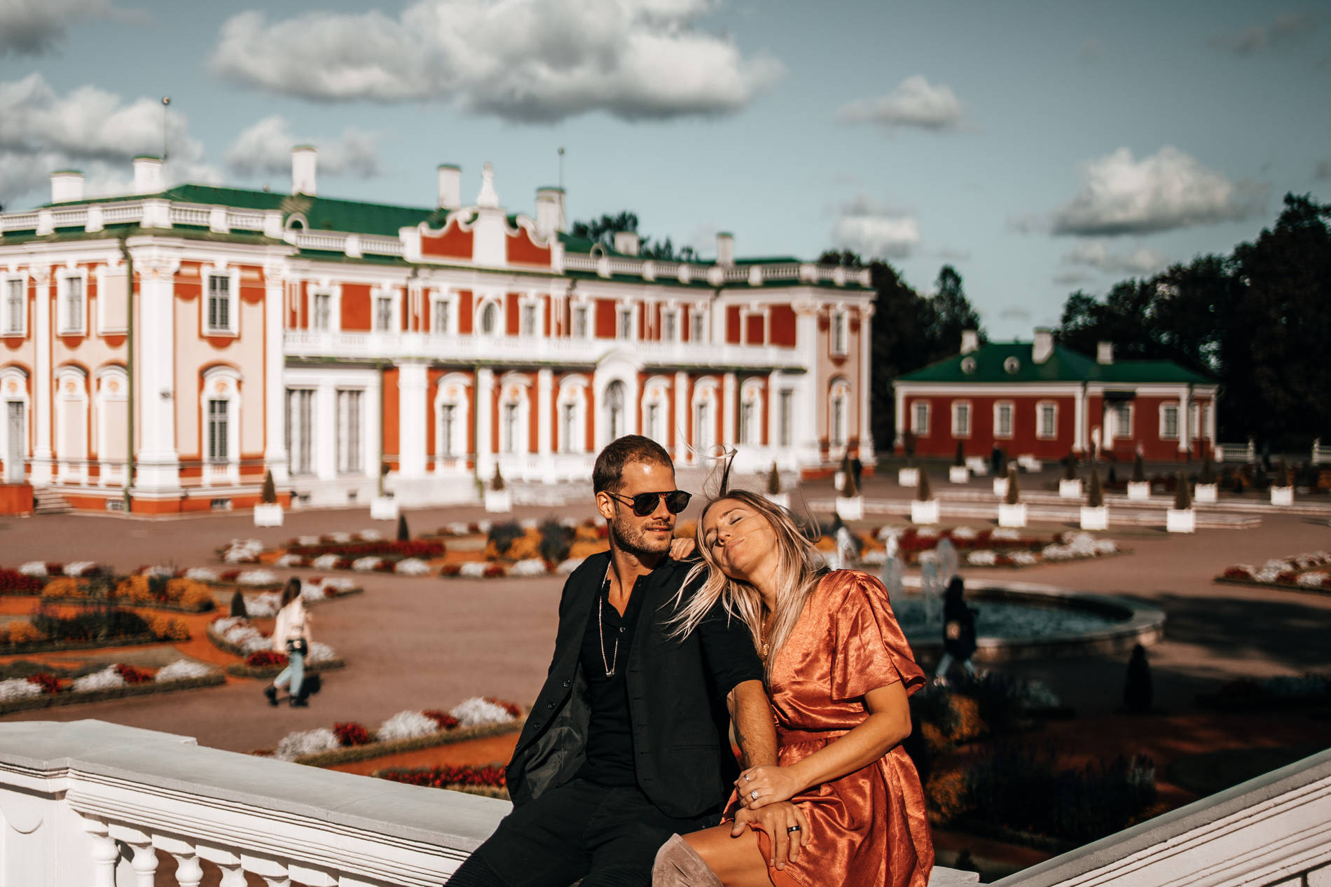 Mees ja naine Kadrioru lossiaias, Tallinnas