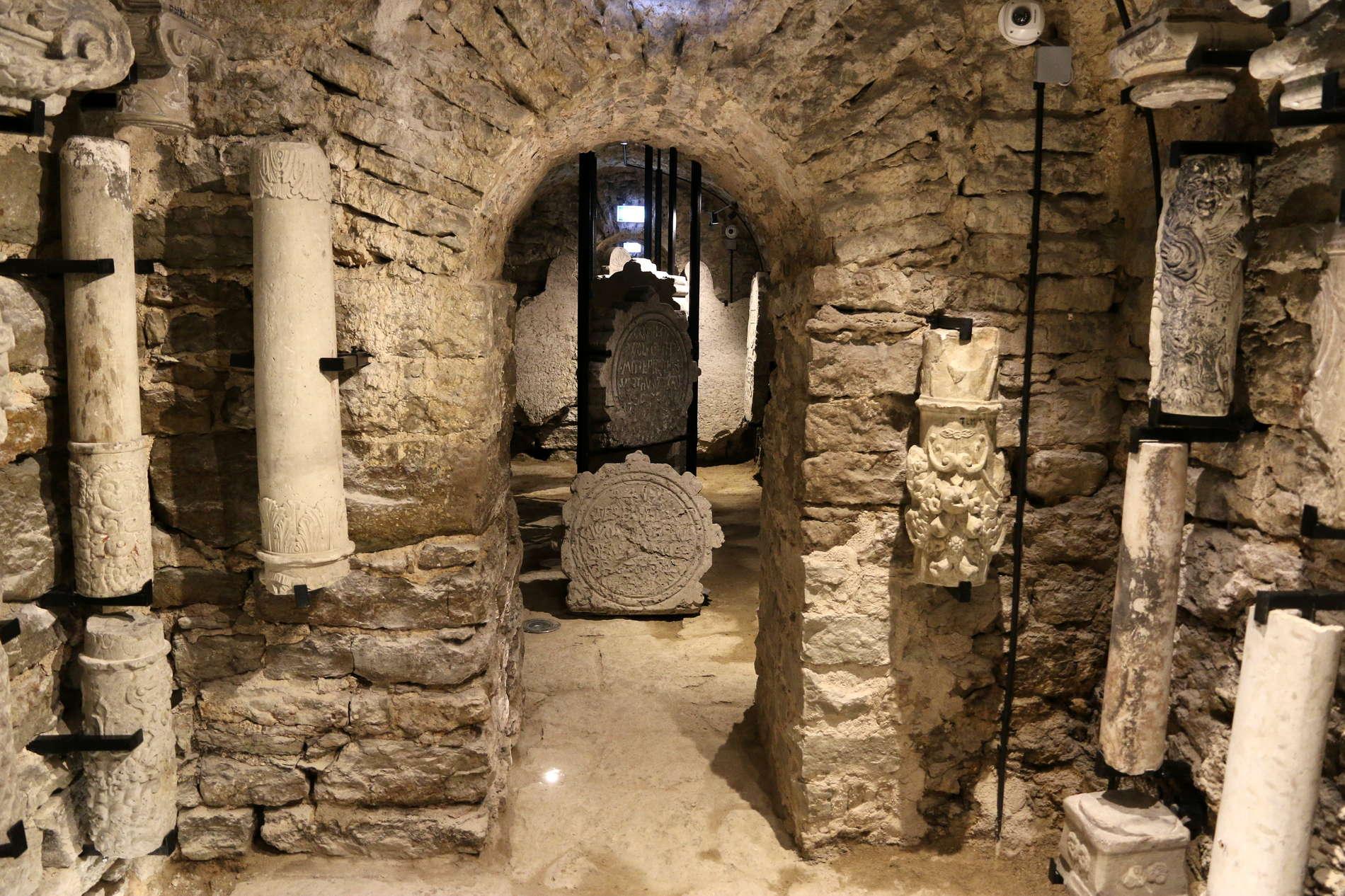 Экспозиционный зал Музея резного камня в подземных  ходах бастионов, Кик ин де Кёк и защитные сооружения, Старый город, Таллинн, Эстония