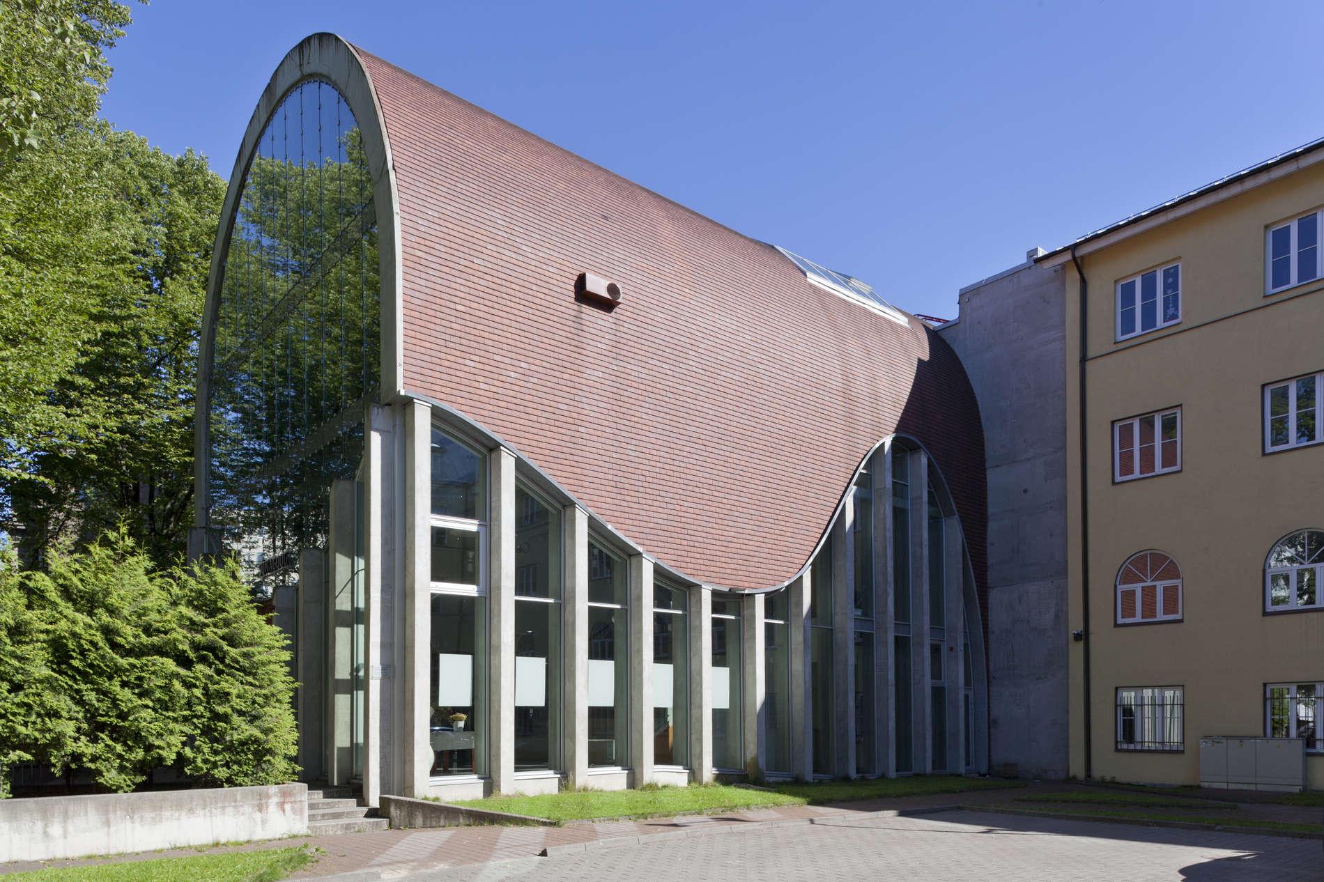 suvine vaade kõrge kaarkatusega Tallinna sünagoogile Karu tänaval