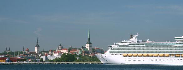 Kruiisilaev Tallinna sadamas vaatega vanalinnale suvel, Kesklinn, Tallinn, Eesti