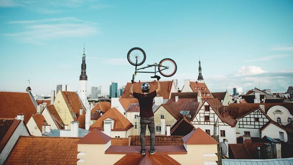 Pyöräilijä Tallinnan vanhankaupungin katolla