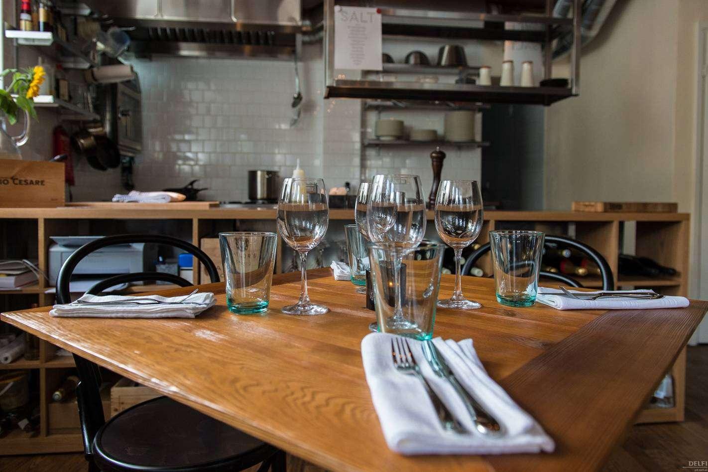 Kaetud laud Salt restoranis Tallinnas.