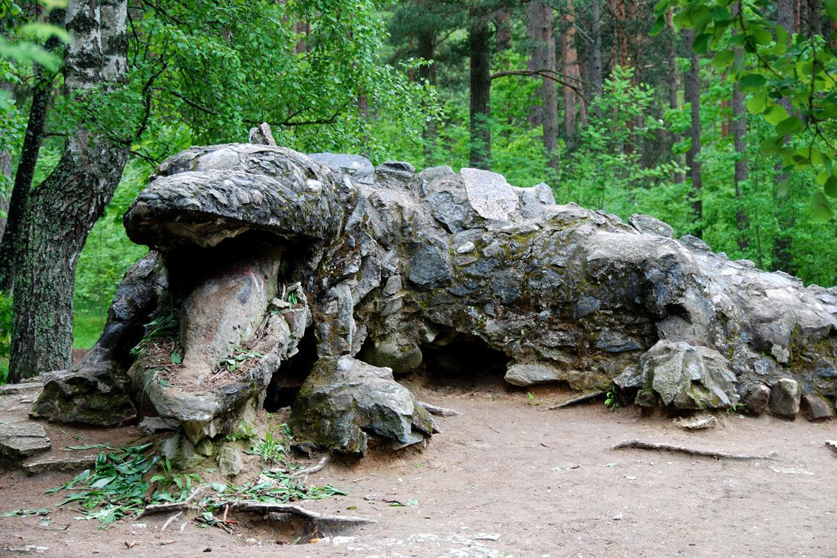 kivitükkidest ja betoonist suur draakon Glehni pargis Tallinnas Nõmmel