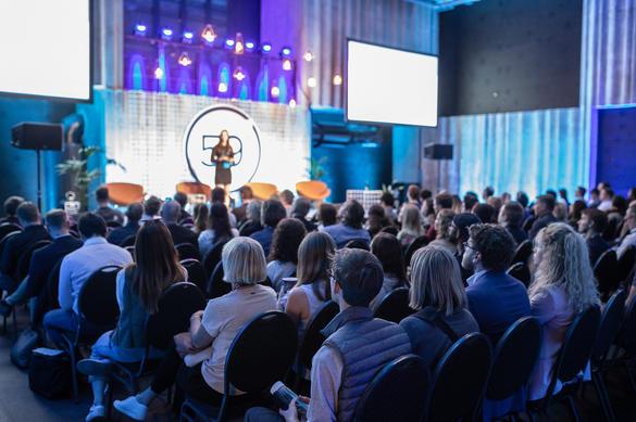 Konverentsisaal kuulajatega ja esinejaga, Tallinn, Eesti