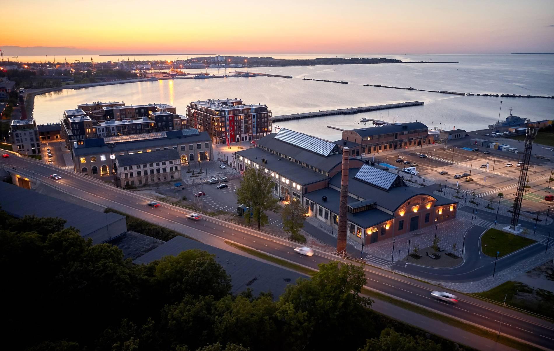 Vaade Noblessneri valukojale Tallinnas päikeseloojangul