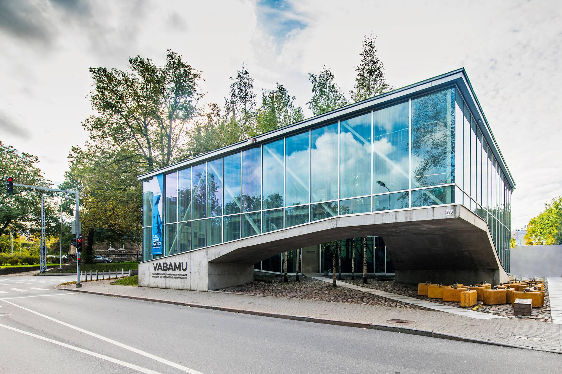 Вид снаружи на здание Музея оккупаций и свободы Vabamu, Центр города, Таллинн, Эстония